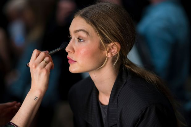 NUEVA YORK, NY - 11 de febrero: Gigi Hadid se prepara en el backstage del desfile de modas Prabal Gurung durante la Semana de la Moda de Nueva York en Spring Studios Gallery I el 11 de febrero de 2018 en la ciudad de Nueva York. (Foto de Michael Stewart / WireImage)
