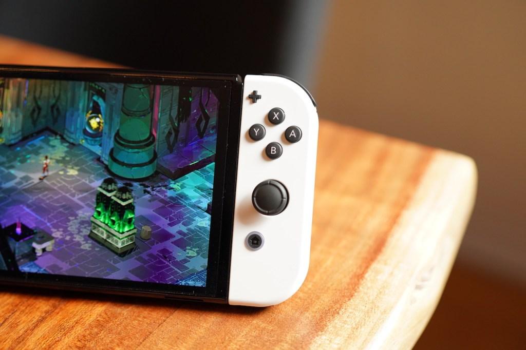 El Nintendo Switch OLED sobre una mesa.