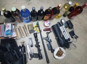 Policía Nacional ocupa cientos de municiones para armas de fuego distintos calibres, pistola y otras evidencias tras allanar dos residencias en Tamboril