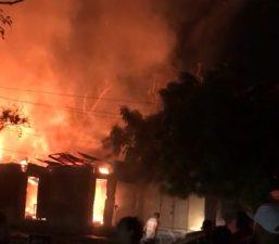 Fuego destruye pensión y taller de ebanistería en Santiago
