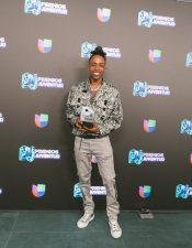Amenazzy, feliz de ganar en Premios Juventud
