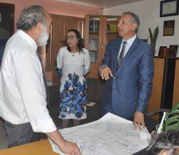 Peralta se reúne con contratistas y les pide terminar trabajos de remodelación del hospital infantil Arturo Grullón