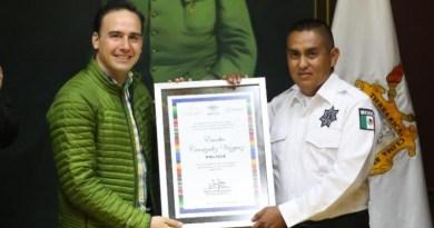 Reconoce Alcalde a policía que auxilió en parto