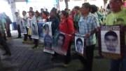 Padres de normalistas desaparecidos participaron en marcha en Tehuacán