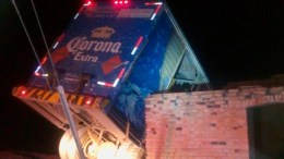 Policías frustan robo de camión cervecero