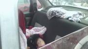 Dejaron a sus niños durmiendo en el auto, sin medidas de seguridad