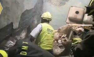 Rescatan a bebé abandonada entre dos paredes