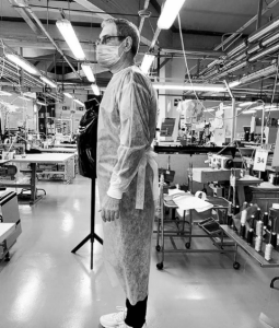#Moda  El diseñador italiano Giorgio Armani, produce ropa médica para ayudar a hospitales