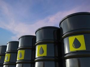 Se desploma precio del petróleo al nivel más bajo desde 1999