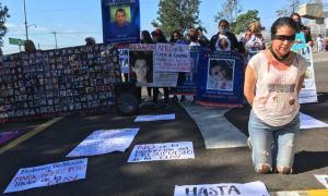Bloquean convoy presidencial en Xalapa, «a la mamá del Chapo si la atiendes» reclaman manifestantes a AMLO