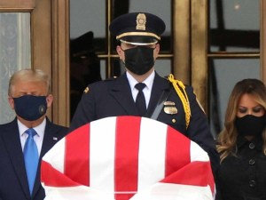 Abuchean a Trump en funeral de destacada feminista
