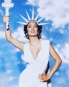 Celebra Salma Hayek triunfo de Biden, como la Estatua de la Libertad
