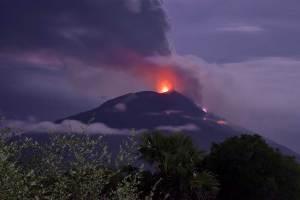 Evacuación masiva por erupción volcánica en Indonesia