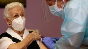 Vacunan a adultos mayores en alcaldías de CDMX