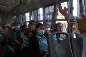Empresas llevan a mexicanos sin visa a EU por vacunas