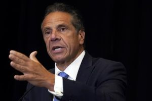 Renuncia gobernador de New York, tas ser confirmado que acosaba a mujeres