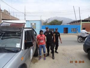 Precisos momentos en que agentes de seguridad ciudadana de la MPV, entregan al capturado a la Comisaría de Virú.