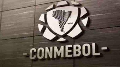 La Conmebol anunció este martes la donación por parte de la farmacéutica china Sinovac de 50.000 dosis de vacunas contra el Covid-19 previstas para los equipos participantes en los principales torneos masculinos y femeninos de la máxima autoridad del fútbol sudamericano, un acuerdo cuya gestión agradeció al presidente de Uruguay, Luis Lacalle Pou. «Se trata de un respaldo concreto por parte de la firma china a la realización de la CONMEBOL Copa América y a las demás competiciones del fútbol sudamericano», explicó el organismo en un comunicado. Al respecto, el presidente de la Conmebol, Alejandro Domínguez, expresó que «se trata de la mejor noticia que puede recibir la familia del fútbol sudamericano». «Es un paso adelante enorme para vencer a la pandemia de COVID-19, pero no significa de ningún modo que vayamos a bajar la guardia. Mantendremos nuestro trabajo responsable, el que nos permitió concluir nuestros torneos sin contratiempos y sin alterar los formatos», dijo Domínguez, citado en el comunicado. El titular de la Conmebol manifestó el agradecimiento por «este gran gesto de solidaridad y de apoyo de la empresa Sinovac, que comprendió que el fútbol es una actividad fundamental para la economía, la cultura y la salud física y mental de los sudamericanos». Asimismo, Domínguez agradeció a Lacalle y a las autoridades uruguayas «por la gestión rápida y eficaz para este logro que no tiene precedentes en el fútbol mundial». «La Presidencia de Uruguay, en su claro compromiso por apoyar el deporte, ofreció desinteresadamente sus buenos oficios para mediar ante Sinovac Biotech Ltd. Ninguna otra confederación del mundo ha logrado hasta hoy disponer de los inmunizantes para iniciar un proceso masivo de vacunación», añadió Domínguez. La Conmebol indicó que logística y los detalles operativos del proceso de vacunación serán dados a conocer «oportunamente en coordinación con las Asociaciones Miembro». El pasado viernes, precediendo al sorteo de las fases de las Copas Libertad