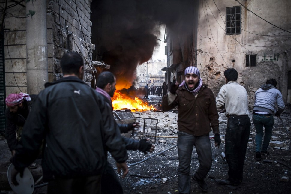 Un hombre grita después de que un misil impacta en un edificio en la ciudad de Aleppo en Siria.