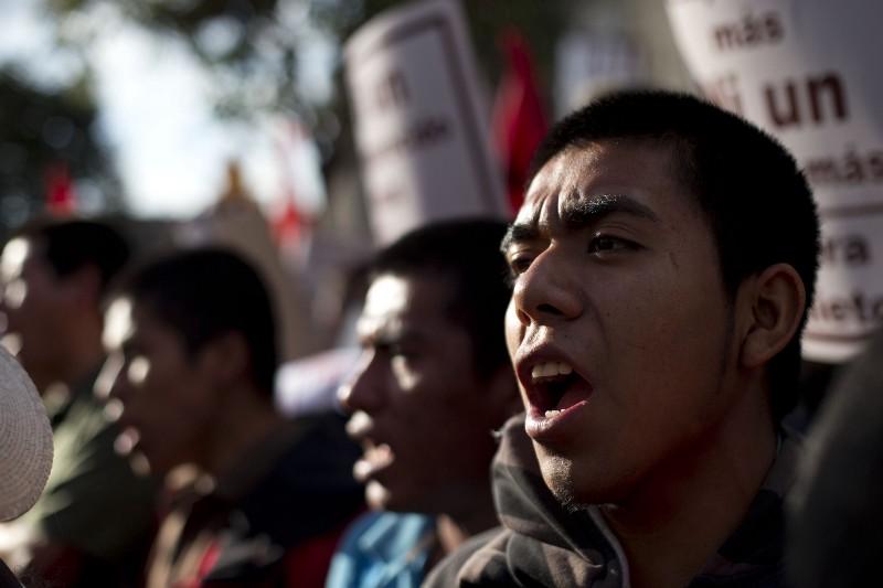 Alumnos del primer año de la Escuela Normal de Ayotzinapa protestan tras la desaparición de los 43 estudiantes.
