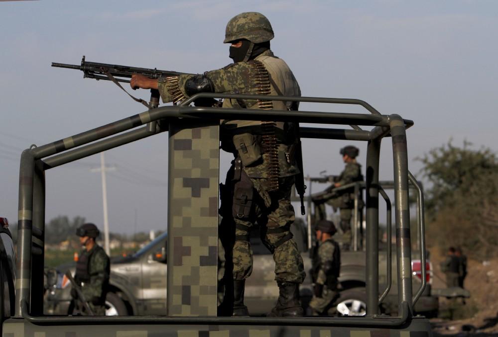 Soldados vigilando caminos.