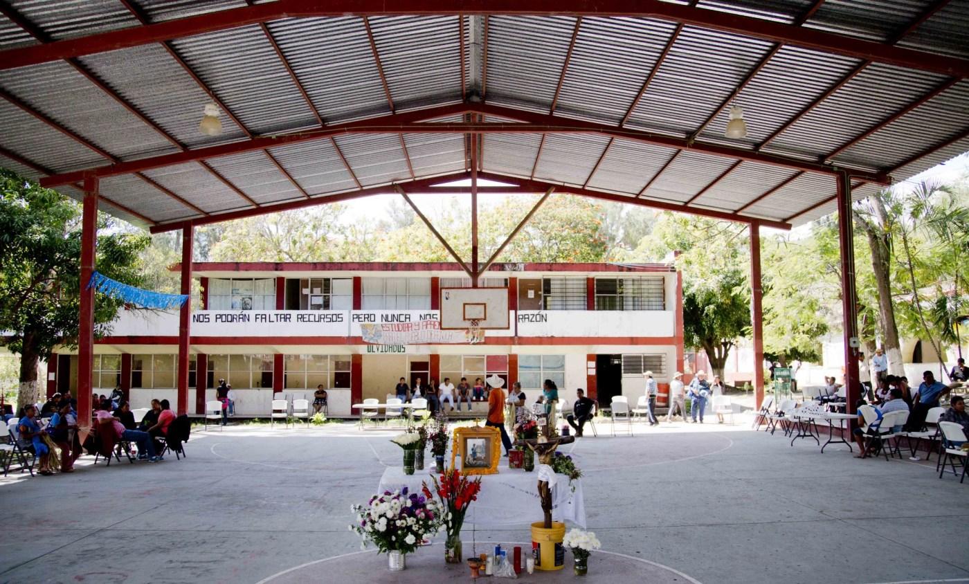 Parientes de los desaparecidos de Ayotzinapa se reúnen en la Escuela Normal Rural Isidro Burgos.