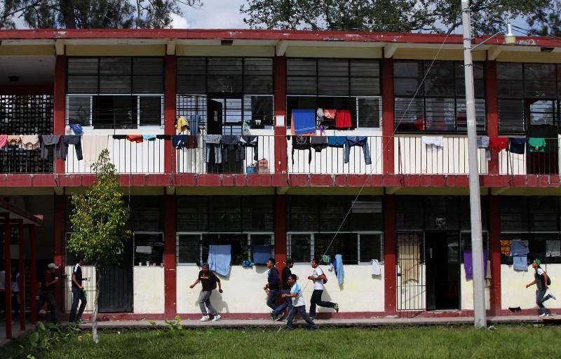 Estudiantes en la escuela Rural Normal de Ayotzinapa corren hacia los camiones que se dirigen a Chilpancingo a protestar y exigir justicia por sus compañeros desaparecidos el día 9 de noviembre de 2014.