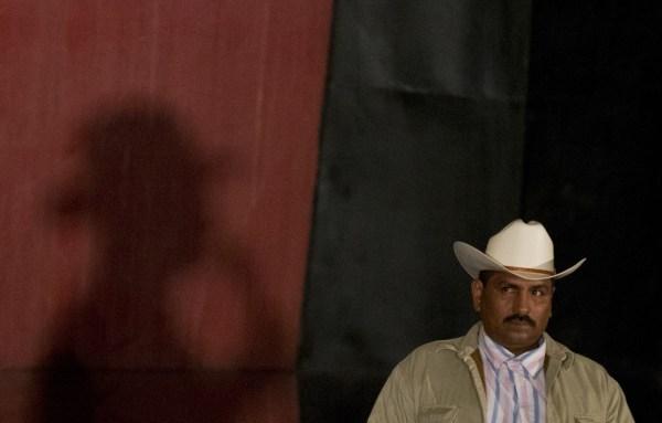 Autodefensas de Michoacán escuchan a Mireles.