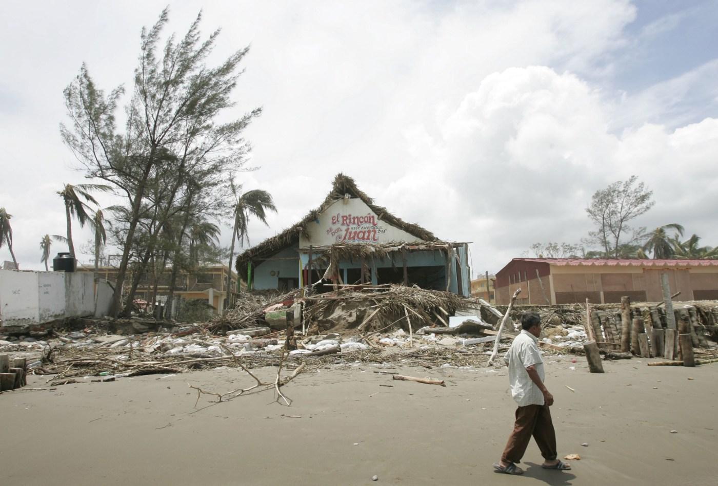 Un hombre pasa junto a unos escombros en la playa de Tecolutla en Veracruz tras la llegada del huracán Dean.