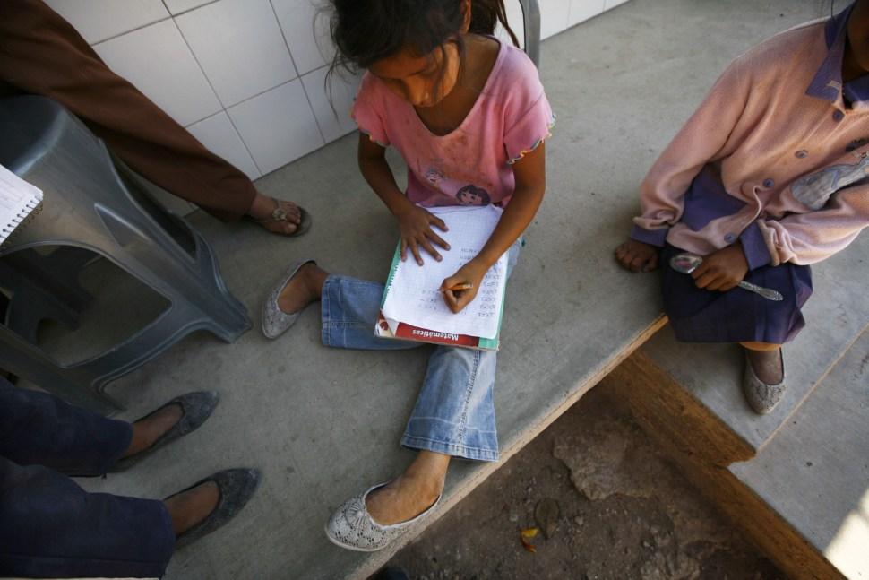 Una niña trabaja en sus tablas de multiplicar en el Estado de Guerrero.