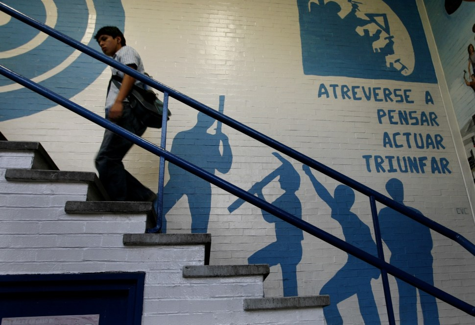 Estudiante de la UNAM se encamina a su clase.