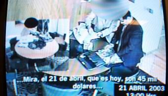 Imagen del video donde René Bejarano recibe dinero en un acto de corrupción grabado.