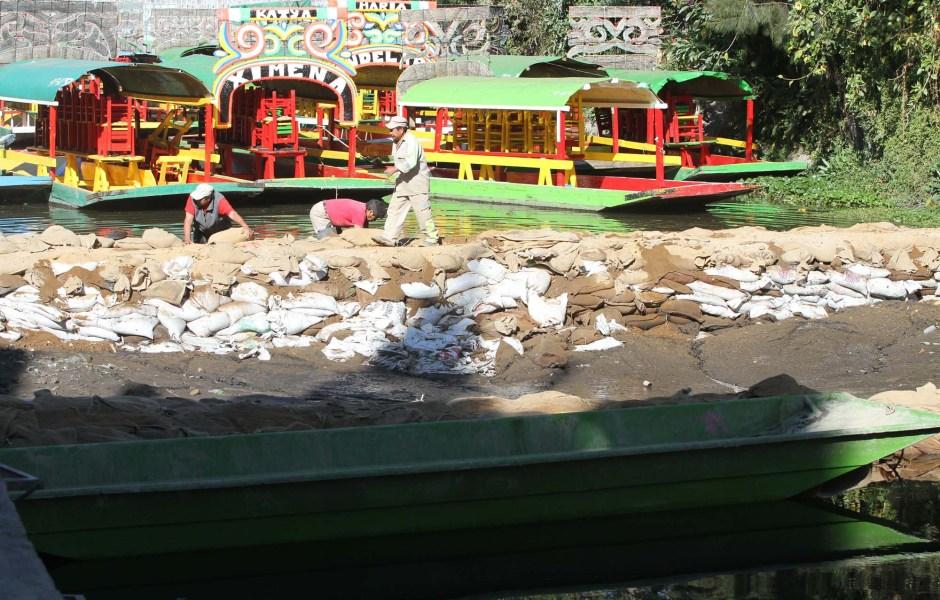 La fisura provocó la fuga de 10 millones de litros de agua del canal en el embarcadero de Zacapa-Xochimilco. (Notimex, archivo)