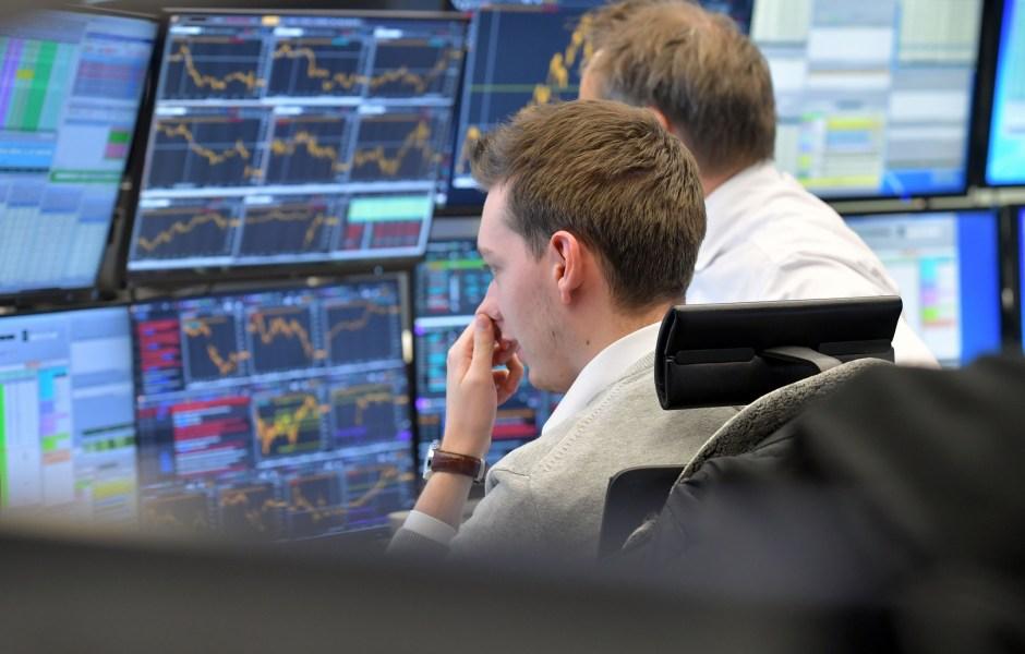 Operador del mercado bursátil europeo atento a la jornada accionaria (Getty Images)