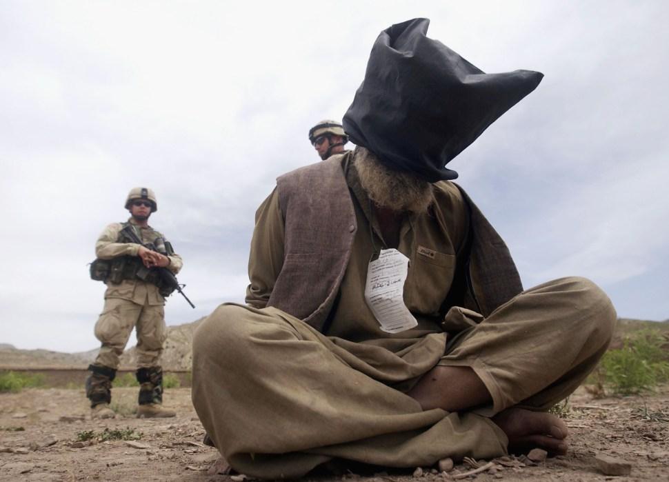 Soldado de EEUU vigilando a prisionero talibán en Afganistán.