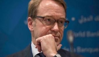 El presidente del Bundesbank, Jens Weidmann, escucha en una rueda de prensa durante una reunión en Washington (AP)