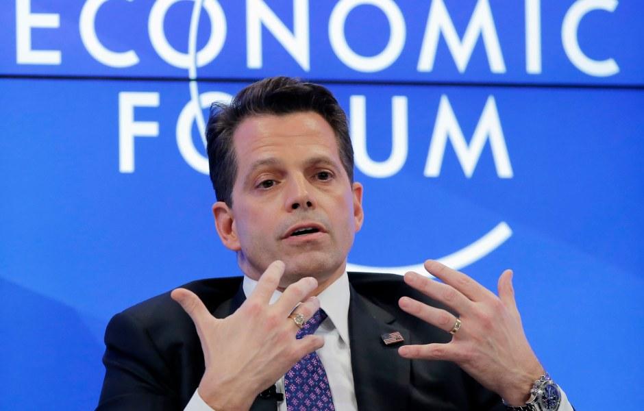 Anthony Scaramucci, que forma parte del equipo de transición del presidente electo Donald Trump, habla en el Foro Económico Mundial en Davos, Suiza (AP)