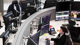 Operadores en la sede de Euronext en el distrito financiero de París (AP)