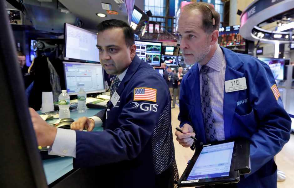 Operadores del mercado bursátil de Estados Unidos atentos al inicio de sesión (AP)