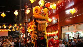 Reciben año nuevo del Gallo con danzas y fuegos pirotécnicos en el Barrio Chino de la CDMX