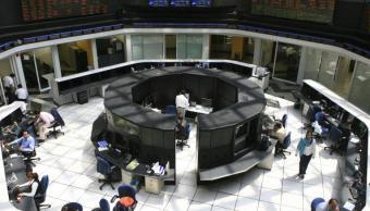 Los operadores de la BMV durante el inicio de sesión. (Getty Images)