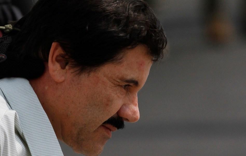 Marinos escoltan a Joaquín Guzmán Loera a un helicóptero después de su recaptura en enero del 2016.