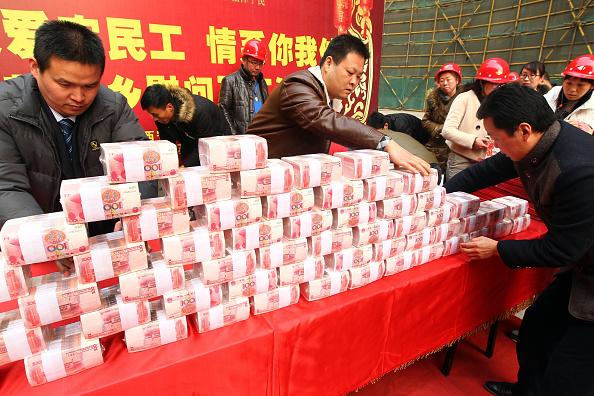 Empleados de una construcción en Xi'an reciben su pago (Getty Images)
