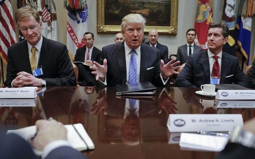 Donald Trump se reúne con empresarios (AP)
