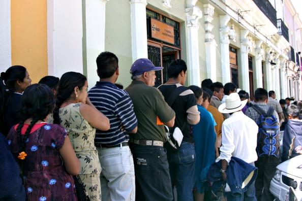 Fila en cajero automático en Chiapas (Getty Images)