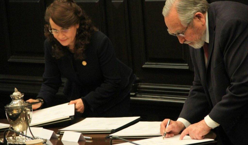 Integrantes del Constituyente firman la primera Constitución de la Ciudad de México. (Twitter: @Dolores_PL)