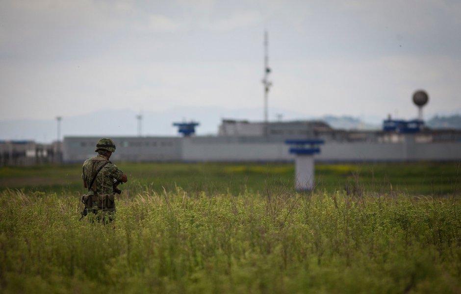 Militar afuera del centro penitenciario del Altiplano en 2015 después de la fuga de El Chapo.