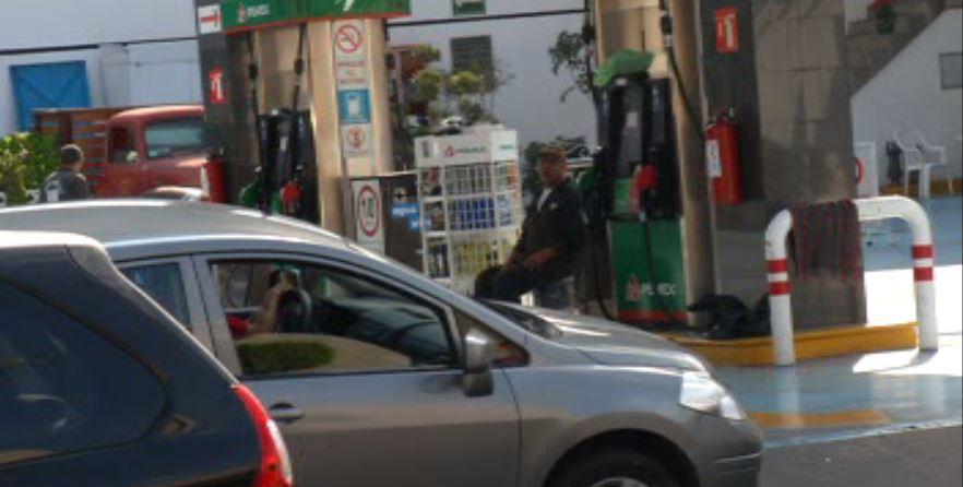 Largas filas en gasolinerías de la CDMX ante incremento en combustibles