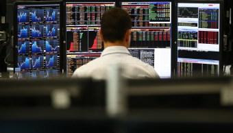 Operador del mercado bursátil europeo atento a la cotización diaria (Getty Images)