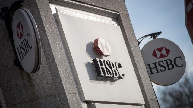 Vista del logotipo de HSBC afuera de una sucursal del banco en Bristol, Inglaterra (Getty Images)